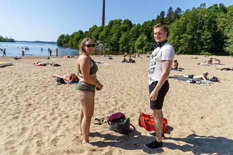 Melina Ojala ja Tommi Saranpää olivat menossa ottamaan aurinkoa Rosendahlin rantaan Tampereella. Myös rantalentis oli suunnitelmissa, jos vain löytyisi pallo.