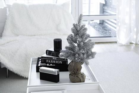 Säkkikangas ja pieni koristekuusi tuovat sisustukseen ripauksen perinteistä joulua.