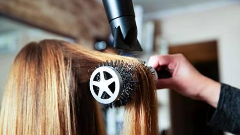 Kampaajan kädessä fööni ja pyöröharja saavat hiukset ilmaviksi ja ihanan sileiksi. Kotioloissa samanlainen työskentely on useimmille hankalaa.