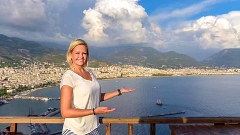 Sanna Alatalo on asunut Turkissa kymmenen vuotta. Alanyaa Alatalo kehuu monipuoliseksi matkakohteeksi, jossa voi nauttia rantaelämän lisäksi monista liikunnallisista aktiviteeteista.