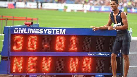Wayde van Niekerk vei 300 metrin ME:n Michael Johnsonilta.