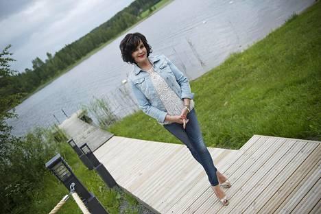 –Ihmisen on itse soviteltava virheensä ja hyväksyttävä ne, jonka jälkeen on jatkettava elämässä eteenpäin, Paula Koivuniemi on oppinut elämässään.