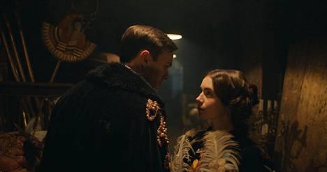 Nuoren Tolkienin (Nicholas Hoult) ja Edith Brattin (Lily Collins) rakkaustarina antoi inspiraatiota Tolkienin myöhemmälle tuotannolle.