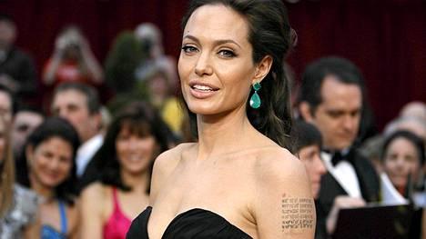 Angelina Jolie suree tätiään.