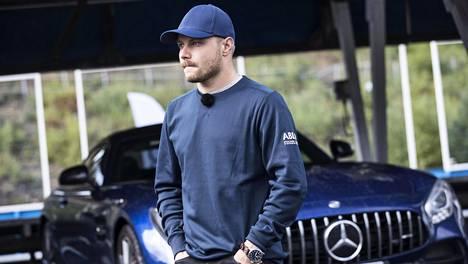 Valtteri Bottas nyt myynnissä olevan Mercedeksen edessä Ahveniston moottoriradalla loppukesästä 2019.