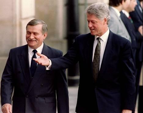 Lech Wales toimi Puolan presidenttinä 1990–1995. Kvuvassa hän isännöi Yhdysvaltain presidenttiä Bill Clintonia Varsovassa.