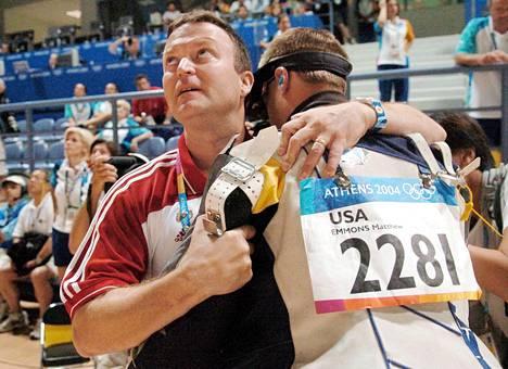 USA:n valmentaja lohdutti Emmonsia Ateenan olympiafinaalin jälkeen