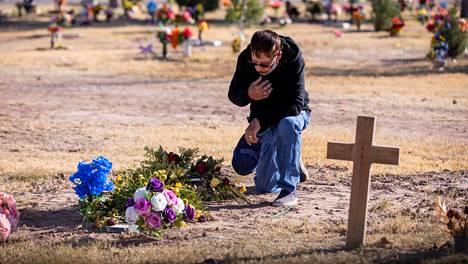 Texasilainen Egnacio Estrada vieraili marraskuun puolivälissä koronavirukseen kuolleen 47-vuotiaan poikansa haudalla El Pasossa. Koronatilanne on huonontunut kovaa vauhtia Yhdysvalloissa, kun mittarina käytetään sairaalahoidossa olevia.