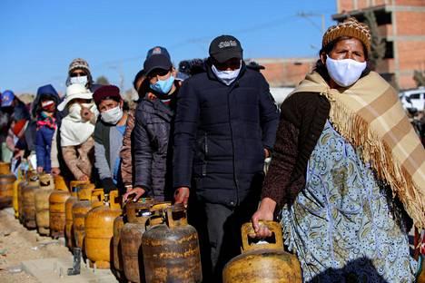 Riittääkö kaikille? Bolivialaiset jonottivat bensaa La Pazin ulkopuolella sen jälkeen, kun valtion öljy-yhtiön työntekijöiden keskuudessa puhjennut koronaepidemia oli saanut aikaan polttoainepulan.