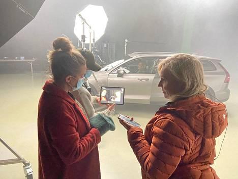 Kuvauksissa oli paikalla vain muutama työryhmän jäsen. Puvustaja Jonna Lehtinen, apulaisohjaaja Krista Hannula ja näyttelijä Heli Sutela (oik.) saivat ohjeita Anssi Määtältä padin kautta.