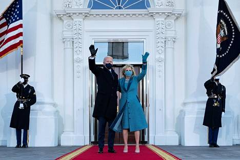 Yhdysvaltain presidentti Joe Biden saapui Valkoiseen taloon puolisonsa Jill Bidenin kanssa.