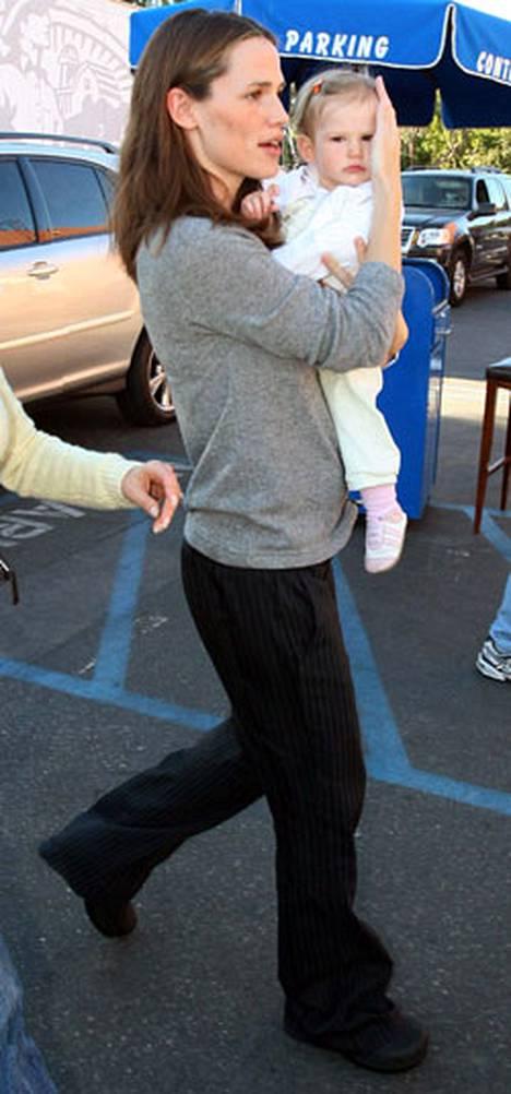 Jennifer Garner sanoo menettäneensä muotonsa. Syypää istuu sylissä: Violet-tytär.