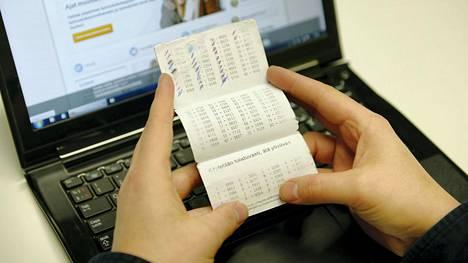Pankit tarjoavat asiakkailleen uusia tunnistautumisvälineitä ja ohjeistavat niiden käytössä.