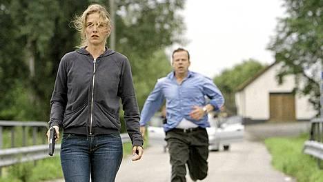Ennen routaa -elokuvassa myös Kurt Wallanderin Linda-tytär aloittaa työt Ystadin poliisiasemalla. Wallander-hahmo on tuonut Ystadiin valtavat turistivirrat.