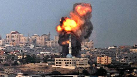 Israelin ja Gazan rajalta otetussa kuvassa näkyy, kuinka Israelin ilmaisku osuu kohteeseensa perjantaina.