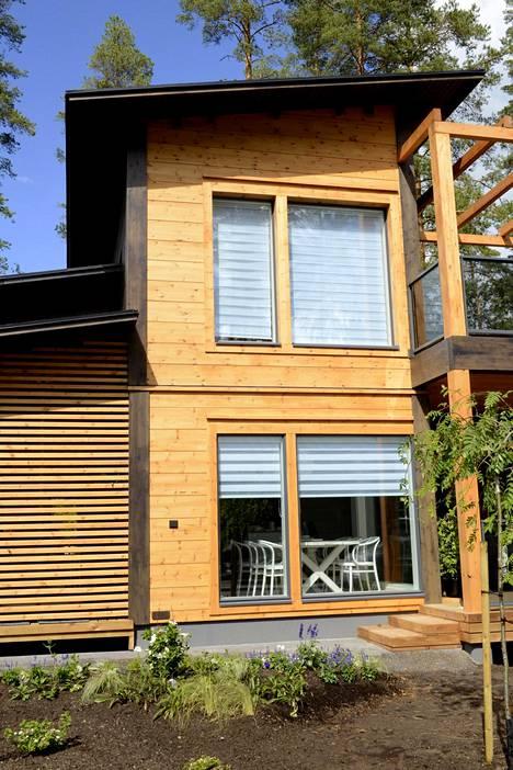 Asuntomessualueella on pääsääntöisesti puutaloja. Kontio-hirsitalo loistaa alueen muutoin tummassa väriskaalassa vaaleana.
