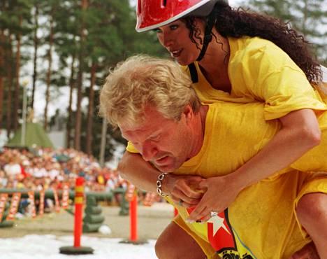 Ellen Jokikunnas pääsi Remontti-Reiskan kyytiin eukonkantokilpailuissa 1998.