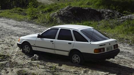 Tähän autoon liittyy normaalia enemmän tarinoita. Perniön pankkiryöstössä käytetty valkoinen Ford Sierra löytyi sorakuopan reunalta Tuohitusta Perniön ja Muurlan rajamailta 2004. Auto oli varastettu muutamaa päivää aikaisemmin Riihimäeltä.