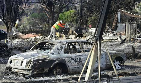 Palomies tutki tuhoutunutta taloa Malibussa Kaliforniassa tiistaina.
