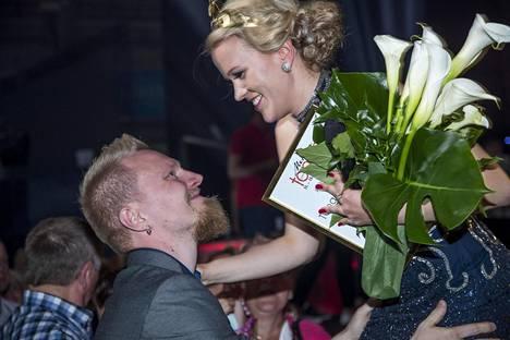 Saana Sassalin avomies onnittelee tuoretta voittajaa.
