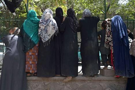 Afgaaninaiset pelkäävät Talebanin paluuta. Kabuliin paenneet naiset vastaanottivat ruoka-apua perjantaina.