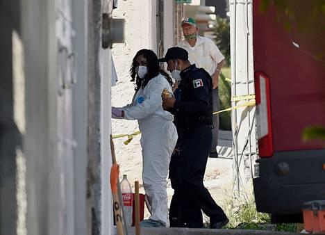 Rikostekninen tutkija saapuu poliisin kanssa epäillyn sarjamurhaajan talolle.