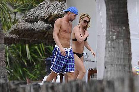 Britney Spears lomailee Meksikossa Jason Trawickin ja lastensa kanssa.