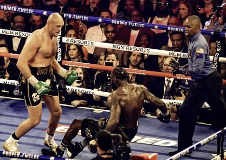 Tyson Fury (vas.) tyrmäsi helmikuussa 2020 Deontay Wilderin seitsemännessä erässä. Fury on tällä hetkellä arvostetun nyrkkeilylehden The Ringin listauksen mukaan maailman paras raskaansarjan nyrkkeilijä.