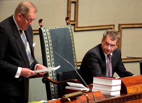 Puhemies Sauli Niinistö sai vain 88 ääntä puhemiesvaalissa 2010 ja kieltäytyi ottamasta tehtävää vastaan. Lakikirjoja tutkineen pääsihteeri Seppo Tiitisen lakitulkinnat saivat kuitenkin Niinistön pään kääntymään.