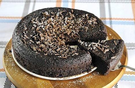 Isänpäivän kakku kostutetaan oluella.