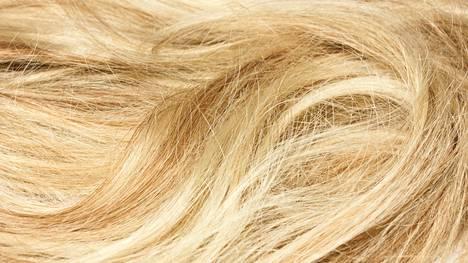 Hellepäivä voi saada hiukset hohtamaan keltaisempana kuin pitäisi.