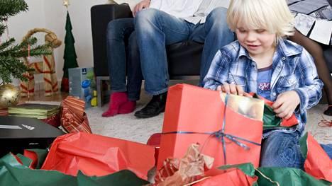 Jouluna moni lapsi saa enemmän lahjoja kuin on osannut edes toivoa.