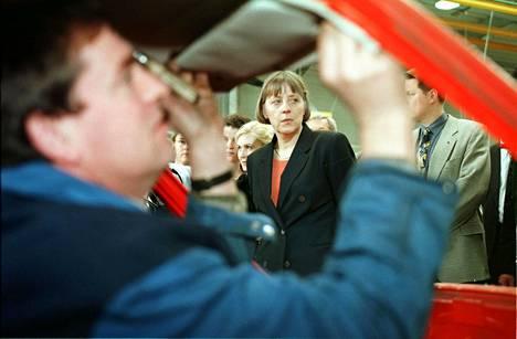 Ympäristöministeri Merkel vieraili 1990-luvulla Köhlnissä autokierrätysyhtiön tiloissa. Ministeri seurasi vanhan auton purkuoperaatiota päivää ennen kuin Saksassa astui voimaan laki, joka velvoitti yritykset hankkimaan erillisen kierrätysluvan.