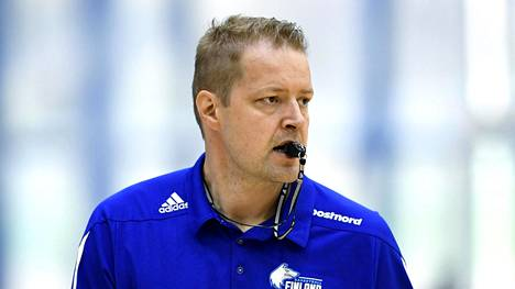 Hanno Möttölä yrittää tehdä nuorista koripalloilijoista huippuja.
