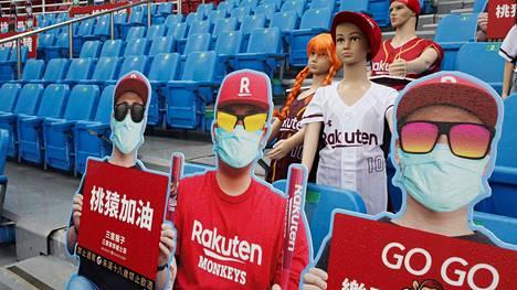 """""""GO GO"""" kannustavat taiwanilaiset """"fanit""""."""