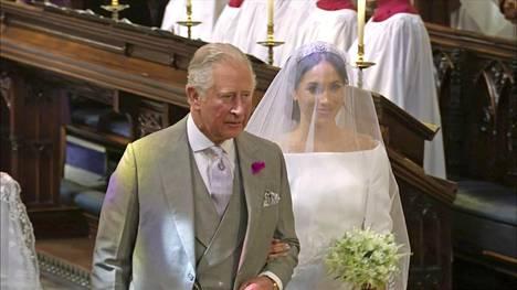Useiden käänteiden jälkeen Meghanin alttarille saattoi prinssi Charles.