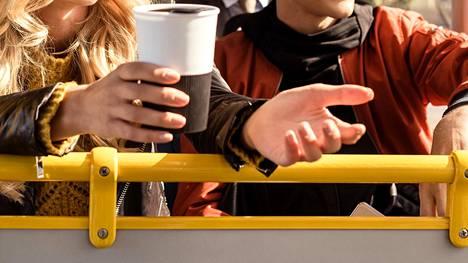 Etenkin kovaääninen syöminen voi ärsyttää muita matkustajia.