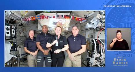 Nasan astronautit lähettivät tervehdyksensä avaruudesta.