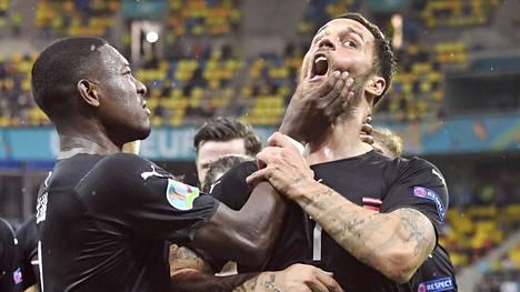 Itävallan Marko Arnautovic (numero 7) juhli maaliaan huudellen jotain raivokkaasti yleisön, vastustajien ja tv-kameroiden suuntaan. Kapteeni David Alaba puuttui peliin.