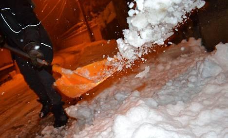 Saint-Jean Bonnefondsin kaduilla lapioitiin lunta.