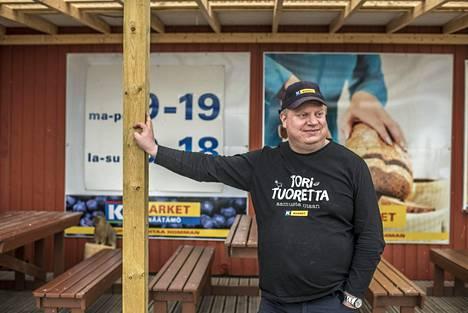 K-kauppias Juha-Matti Lias kauppansa edustalla Näätämössä.