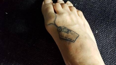 Peten tatuointi on vinkki ruumishuoneen työntekijöille, mihin varpaaseen hän halua ruumislapun, sitten kun sen aika koittaa. –Toivottavasti sille ei ole käyttöä vielä pitkään aikaan, Pete letkauttaa.
