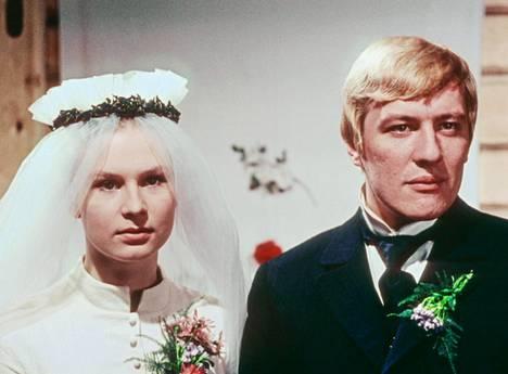 Elina (Titta Karakorpi) ja Akseli Koskela (Aarno Sulkanen).