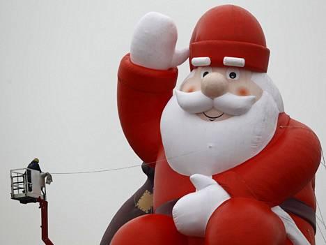 Valtava joulupukki saksalaisen ostoskeskuksen yhteydessä.