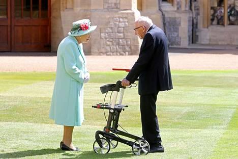 Elisabeth tapasi Tom Mooren Windsorin pihalla heinäkuussa.