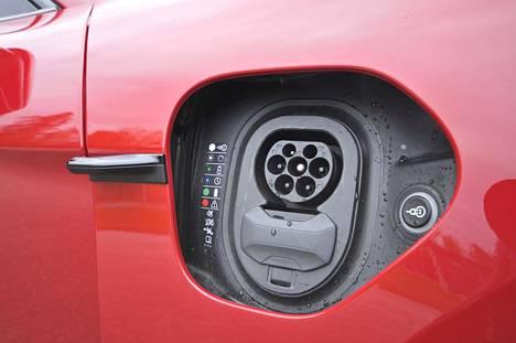 Taycanissa on latausyhteet molemmin puolin autoa. Vajaan 700 euron lisähinnalla saa sähköisesti toimivat latausluukut.