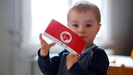Kuvituskuva SPR:n jakamasta lahjakortista lapsen kädessä.