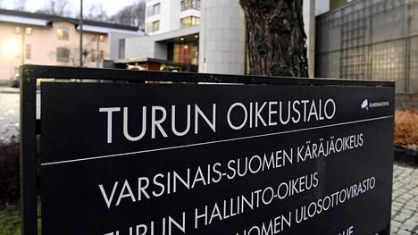Varsinais-Suomen käräjäoikeus tuomitsi tytön törkeästä liikenneturvallisuuden vaarantamisesta ankaraan 70 päiväsakkoon.