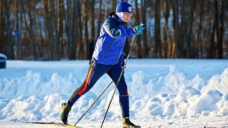 Juha Nurmela on iloinen mies, kun tänä talvena hän on päässyt hyvän lumitilanteen vuoksi juoksun lisäksi myös hiihtämään. Viikkoon treeniä saattaa kertyä toistakymmentä tuntia.