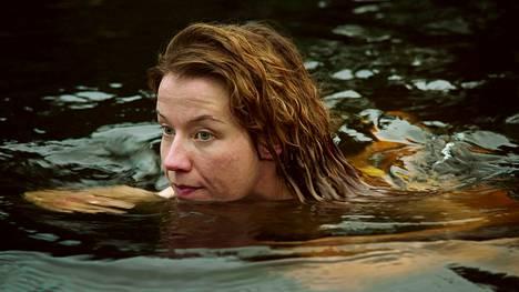 Sunnuntaina alkavassa draamasarjassa Pintaa syvemmältä kotiseudulleen palaava Teija (Eriikka Väliahde) järkyttyy järvivesien pilaantumisesta.